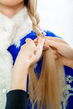 Stilist ` s übergibt Bortenzopf für Schnee-Mädchen Lizenzfreie Stockfotos