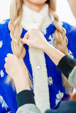 Stilist ` s übergibt Bortenzopf für Schnee-Mädchen Lizenzfreie Stockfotografie