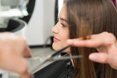Stilist scherp haar van vrouw stock foto's