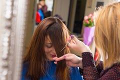 Stilist Scherpe Klappen voor Cliënt met Bruin Haar royalty-vrije stock foto's