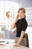 Stilista attraente che comunica sul mobile fotografie stock