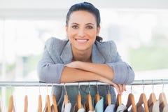 Stilista attraente che si appoggia i vestiti fotografie stock libere da diritti