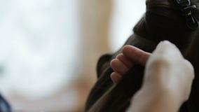 Stilista che fa acconciatura video d archivio