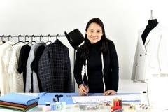Stilista che lavora nel suo studio della sala d'esposizione fotografie stock