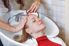 Stilista di capelli al parrucchiere del lavoro Fotografia Stock Libera da Diritti