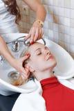 Stilista di capelli al parrucchiere del lavoro Fotografia Stock