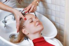 Stilista di capelli al parrucchiere del lavoro Immagini Stock