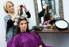 Stilista di capelli sul lavoro Immagine Stock Libera da Diritti