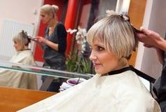 Stilista di capelli sul lavoro Immagine Stock