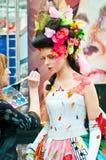 Stilista e modello sull'esposizione per trucco creativo Fotografia Stock Libera da Diritti