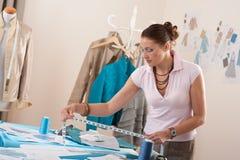 Stilista femminile che lavora allo studio fotografia stock