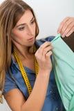 Stilista o sarto che lavora nello studio Immagine Stock