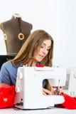 Stilista o sarto che lavora nello studio Fotografia Stock Libera da Diritti