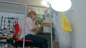 Stilista professionista che lavora allo studio di cucito Immagini Stock