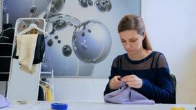 Stilista professionista che lavora allo studio di cucito Fotografia Stock