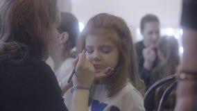Stilista professionista che lavora con la ragazza video d archivio