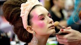 Stilisten nehmen am Hochzeitsmake-upwettbewerb teil stock video
