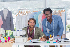 Stilisti attraenti che lavorano insieme immagine stock libera da diritti