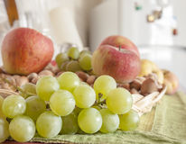 Still life of a bunch of grapes Royalty Free Stock Photos