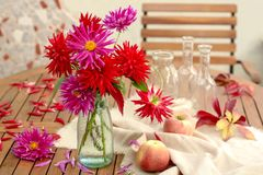 Still life with dahlias and apples Royalty Free Stock Photography