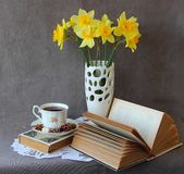 Still life with an open book. And daffodils Royalty Free Stock Photography