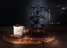 Still life vintage coffee grinder and coffee beans Royalty Free Stock Photos