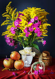 Still life with yellow flowers and fresh apples Royalty Free Stock Photos