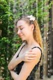 Stilla den mjuka ståenden av flickan som badas i gata i dusch w Royaltyfria Foton