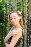 Stilla den mjuka ståenden av flickan som badas i gata i dusch w Arkivfoto