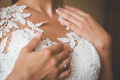 Stilla händer av bruden Arkivfoto