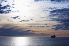 Stilla havet är under solnedgång Royaltyfria Bilder
