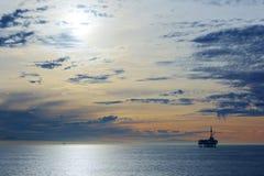Stilla havet är under solnedgång Royaltyfria Foton