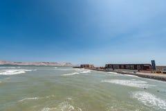 Stilla havet i Lima Peru med kustlinjen och skeppsdockan på kust San Lorenzo ö i bakgrund royaltyfri foto