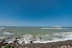 Stilla havet i Lima Peru med kustlinjen San Lorenzo ö i bakgrund arkivbilder
