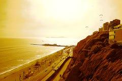 Stilla havet och `en den gröna kust`en under en väldig sol, Lima - Peru royaltyfria foton