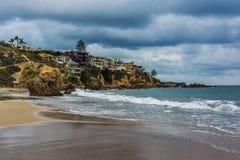 Stilla havet och klipporna i Corona del Mar Royaltyfri Bild