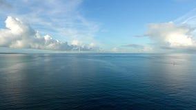 Stilla havet- och Kurima ö precis efter soluppgången arkivfilmer
