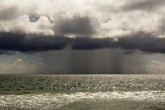 Stilla havet under en storm Strandlandskap i Uen S i dåligt väder Arkivbilder