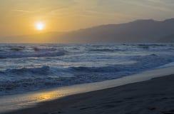 Stilla havet under solnedgång Arkivbilder