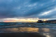 Stilla havet under solnedgång och pir Royaltyfri Fotografi