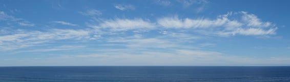 Stilla havetutsikt med moln Royaltyfri Foto