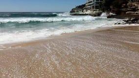 Stilla havetvågor på den Bondi stranden, Sydney, Australien stock video