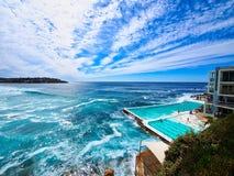 Stilla havetvågor på den Bondi stranden, Sydney, Australien royaltyfria foton
