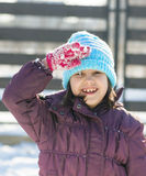 Stilla och salutera för gullig flicka stående Arkivbild