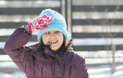Stilla och salutera för gullig flicka stående Arkivbilder
