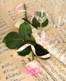 Stilla rosa som dekoreras med band- och vinexponeringsglas Fotografering för Bildbyråer