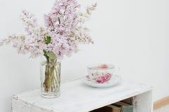 Stilla vårbuketten och te Arkivfoto