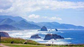 Stillahavs- nordv?stlig kust, USA - den slingriga USA-rutten 101 l?ngs den dimmiga Oregon kustlinjen n?ra Yachats arkivbild