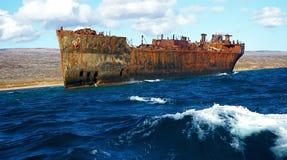 Stillahavs- rostig ship för flytande hav fortfarande Royaltyfria Bilder