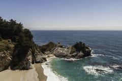 Stillahavs- sandstrand längs den kaliforniska kusten fotografering för bildbyråer